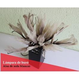 Lámpara de mesa con alas de seda blancas