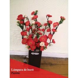 Lampara de mesa con ramas luminosas LED y flores rojas