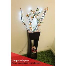 Lámpara de piso con flores anaranjadas y tulipanes
